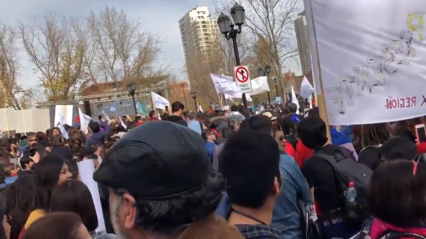 Se observa grupo de personas en la calle, enarbolando pancartas y lienzos en apoyo a las demandas de Profesores y docentes. La marcha se realizó en todo el país